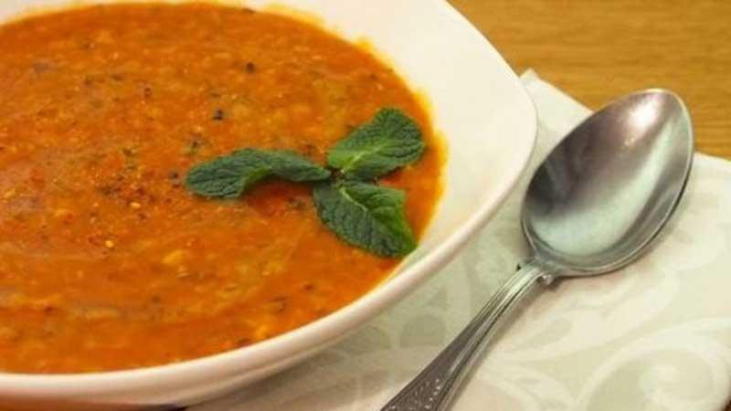 سوپ عدس از غذا های خوشمزه ای که در تور استانبول و مراکز خرید ترکیه امتحان کنید