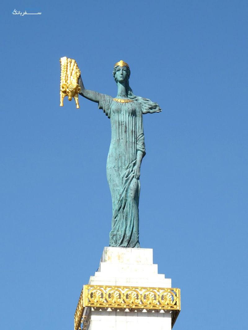 مجسمه مدئا در باتومی