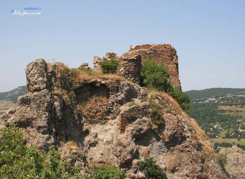 ویرانه های قلعه قدیمی در شهر کجوری گرجستان