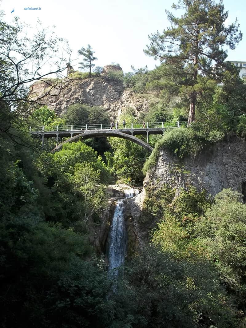 آبشار باغ گیاه شناسی ملی گرجستان در تفلیس