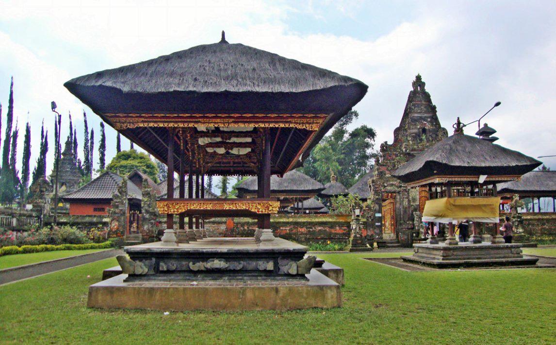 «معبد اولِن دنیو براتان» (Ulun Danu Beratan Temple) از معابد معروف و برجسته اندونزی است