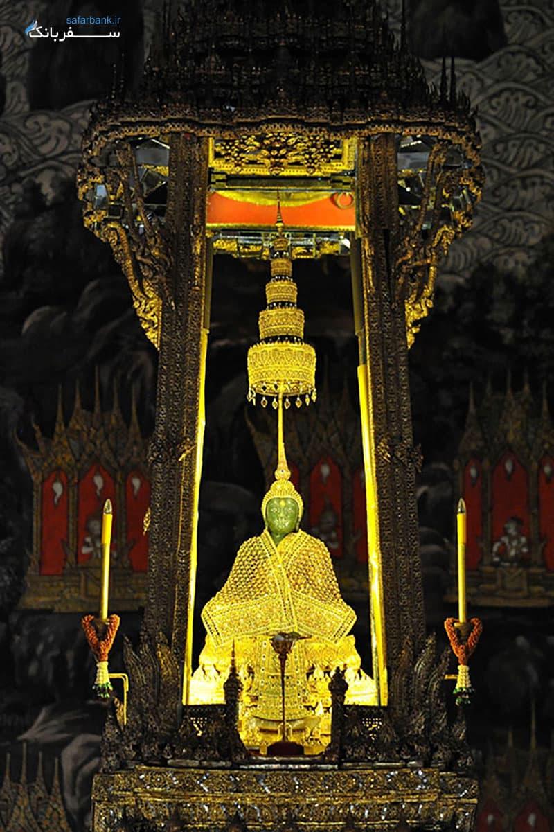 بودای زمردی در معبد وات فرا کائو بانکوک در تایلند