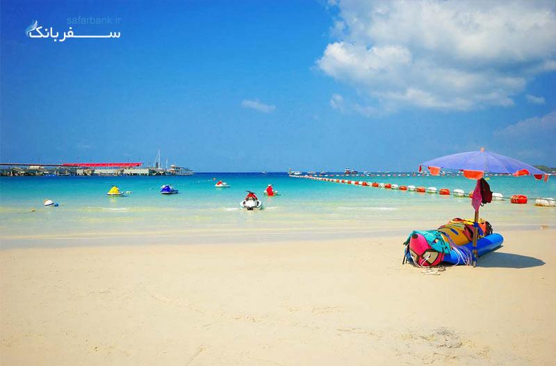 صندلی و چترهای در سواحل جزیره مرجانها