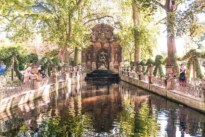 چشمه مدیسی در باغ لوکزامبورگ پاریس