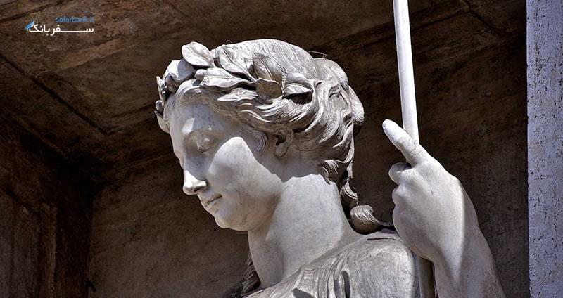 فواره تروی رم، ورجن دوشیزه رمی
