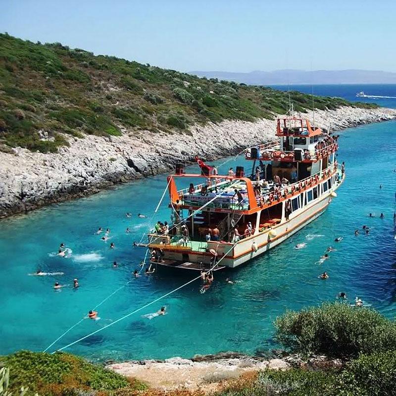 گردش با کشتی در آب های دریای اژه
