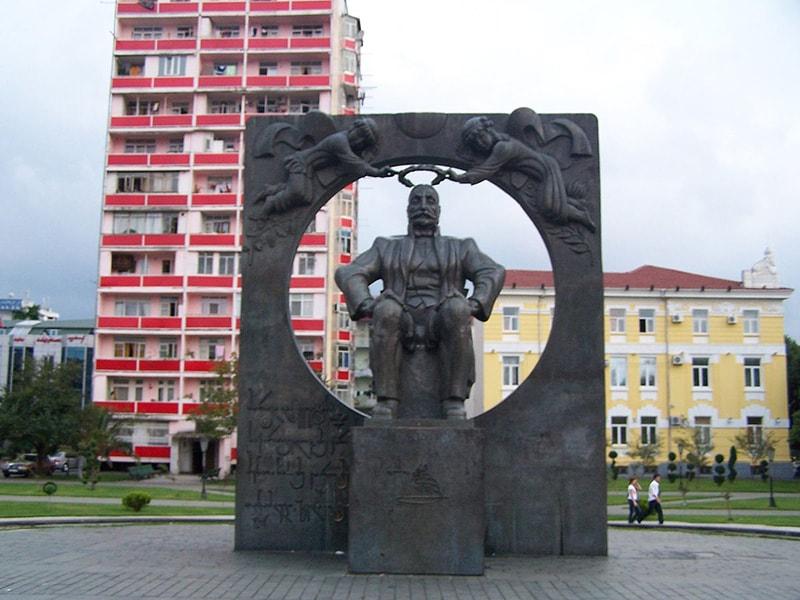 تندیس یادبود ایلیا چاوچاوادزه، پدر میهن گرجستان