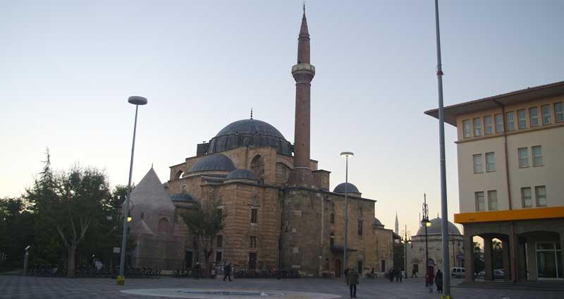 مسجد جامع شرف الدین قونیه با یک گنبد و نیم گنبد