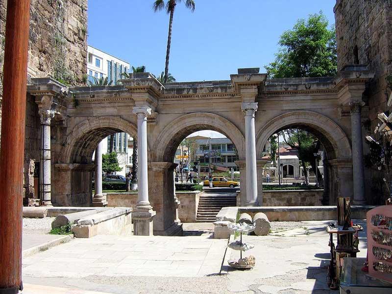 دروازه هادریان یا سه قوس در آنتالیا بنایی  باستانی – تاریخی