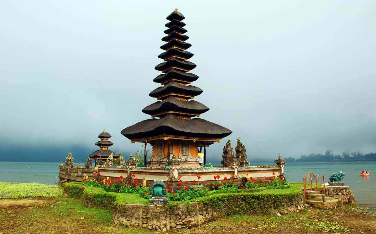 اولِن دنیو براتان معبدی زیبا بین کوه و دریاچه