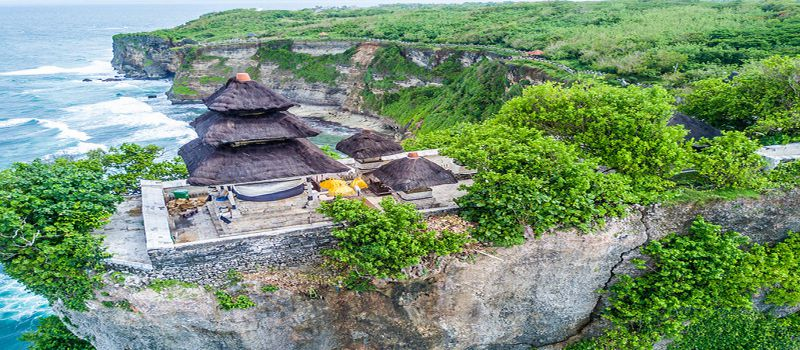 معبد اولو واتو، ستون روحانی بالی در بالای صخره